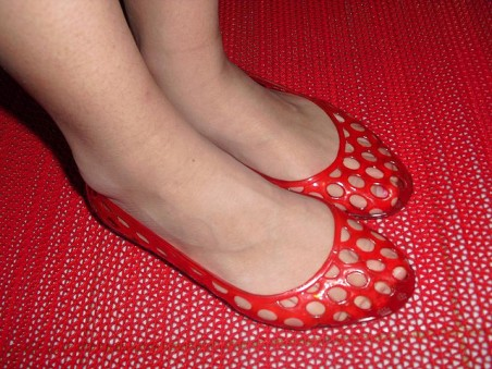 Woman_wearing_red_jelly_shoes