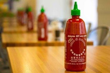 Sriracha_Hot_Sauce_Bottles_Freshii_Restaurant_Family_Dinner_Downtown_Grand_Rapids_June_27,_2014_1_(14552677466).jpg