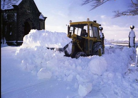 Winter,_1962-63_-_Snow_clearance,_top_of_Ormerod_House_driveway_-_geograph.org.uk_-_998585